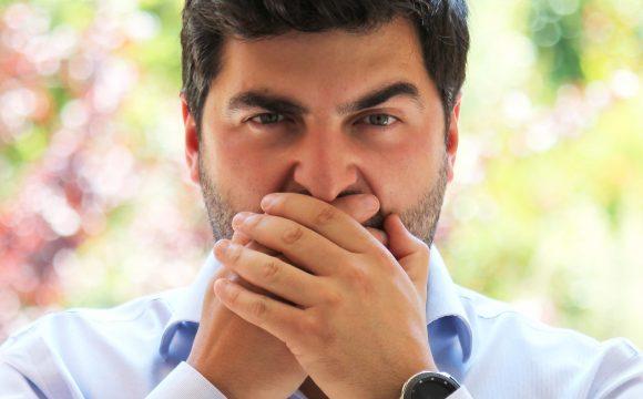 Mau hálito: O que causa e como resolver